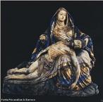 Imagem de uma escultura de &quot;Piet�&quot;, tema da arte crist� em que � representada a Virgem Maria com o corpo morto de Jesus nos bra�os ap�s a crucifica��o. <br /><br /> Palavras-chave: Piet�. Jesus. Igreja. Virgem Maria.